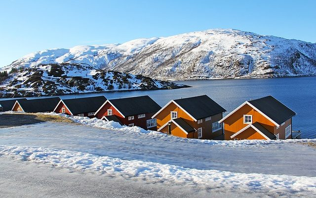 norway-red-houses-in-fjords